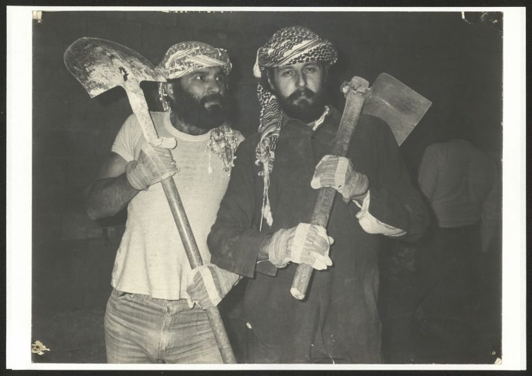 فرانسوا ابو سالم وراضي شحادة من أعضاء فرقة الحكواتي المؤسسين للمسرح 1983