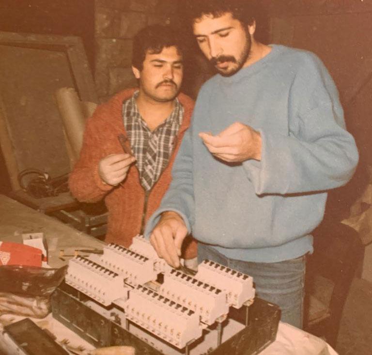عماد متولي صمم جميع أجهزة الكهرباء والاضاءة